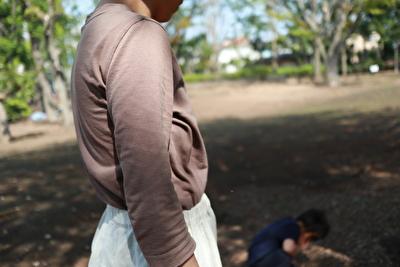 ホームスパンの茶色の七分袖の袖のアップの写真