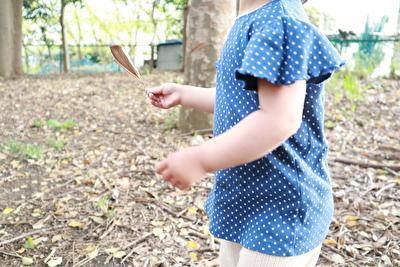 ZARABABYの青いドット柄のTシャツを着ている娘の横からの写真