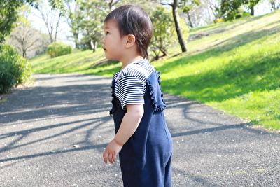 ZARABABYの紺色のサロペットを着た娘の横からの写真