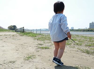 ZARABABYの水色のブラウスを着ている娘の後ろ姿