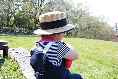 ZARABABYの紺色のサロペットを着た娘の背後の写真