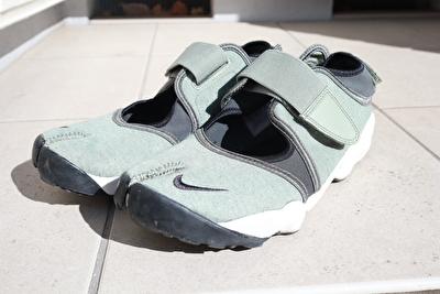 ナイキエアリフトのカーキの靴