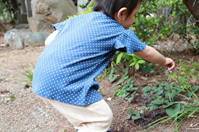 ZARABABYの青いドット柄のTシャツを着ている娘の後ろ姿の写真