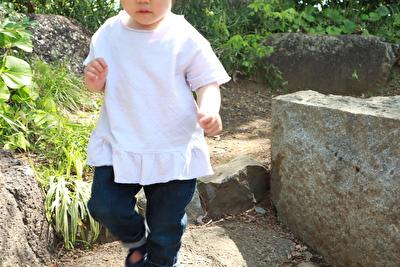 ZARABABYの薄紫の半袖を着ている娘の写真
