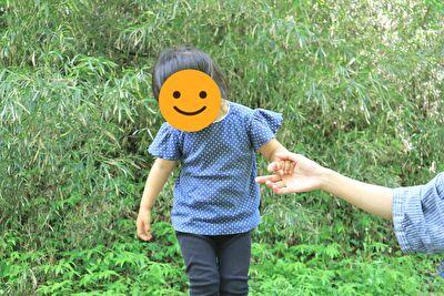 ZARABABYの2-3歳用サイズの青のドット柄のTシャツを着ている娘
