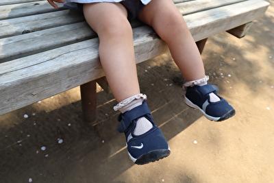ナイキのエアリフトのキッズの紺色を履いている娘の足元の写真