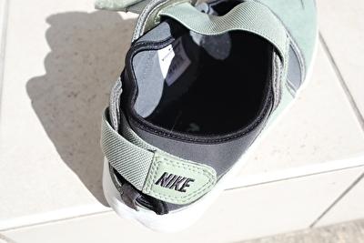 ナイキエアリフトのカーキの靴のかかと部分の写真