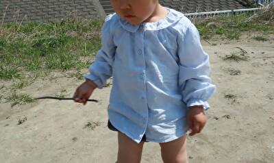 ZARABABYの水色のブラウスを着ている娘の正面からの写真