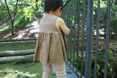 ZARABABYの茶色いタンクトップとベージュのレギンスを着ている娘の後ろ姿