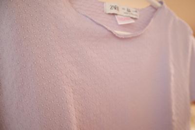 ZARABABYの薄紫のTシャツの首元