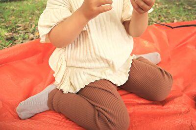 ZARABAYの白いデザインカットソーを着ている娘
