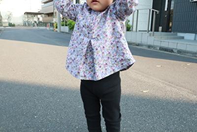 プチバトーの紫のお花柄のブラウスを着ている娘の写真