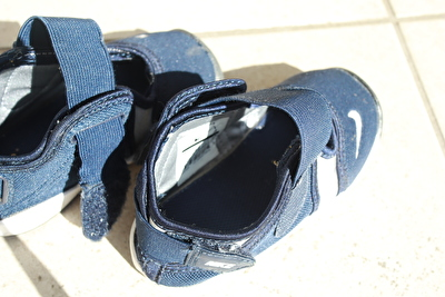 ナイキのエアリフトのキッズの紺色の足口を大きく開いたときの写真