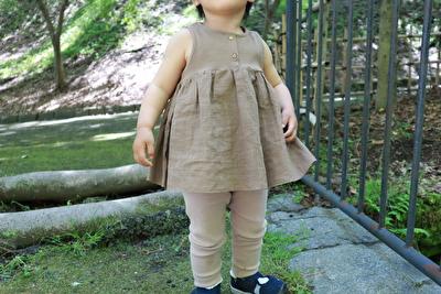 ZARABABYの茶色いタンクトップとベージュのレギンスを履いている娘
