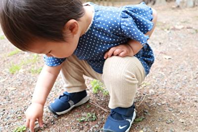 ZARABABYの青いドット柄のTシャツを着とナイキのエアリフトを履いている娘の写真