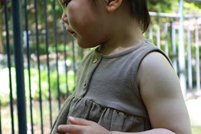 ZARABABYの茶色いタンクトップを着ている娘の上半身横からの写真