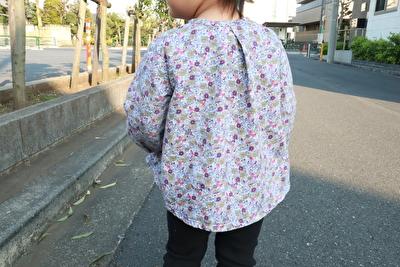 プチバトーの紫のお花柄のブラウスを着ている娘の後ろ姿の写真