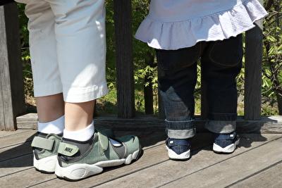 ナイキのエアリフトを自分と娘とお揃いで履いている後ろ姿の写真