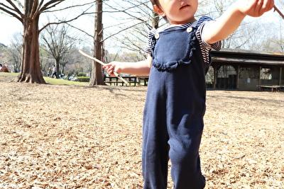 ZARABABYの紺色のサロペットを着た娘の正面からの写真