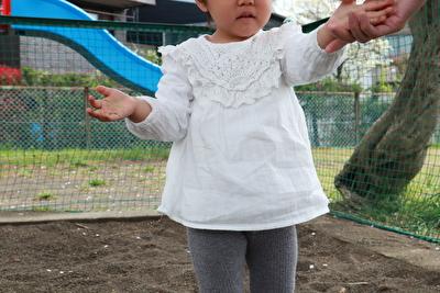 ZARABABYの白いブラウスを着ている娘の写真