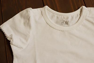 H&Mで買った白の半袖Tシャツの襟元