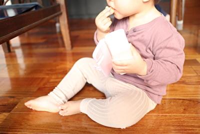 H&Mで買った紫の長袖カットソーを着ている娘の写真