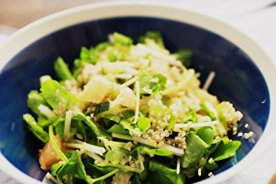 イイホシユミコのディッシーズの青いボウル皿にのせたサラダ