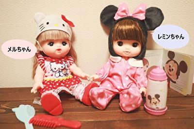 お世話人形のメルちゃんとソランちゃんを隣同士で座らせている写真