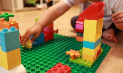 2歳の娘がお誕生日プレゼントでもらったレゴで遊んでいる写真