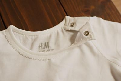H&Mで買った白の半袖Tシャツの襟元のボタンを外している写真