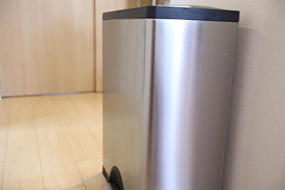 シンプルヒューマンのゴミ箱を斜めから撮った写真