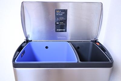 シンプルヒューマンのゴミ箱の中身で分別ができるようになっている写真