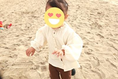 の白いブラウスを着ている娘の写真