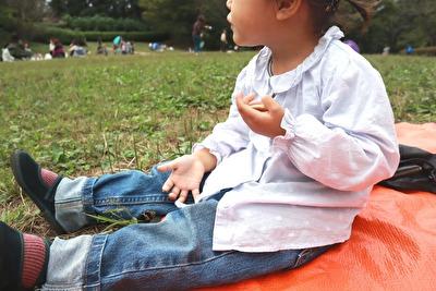 ZARABABYの水色の水玉のブラウスを着ている娘の座っている横からの写真