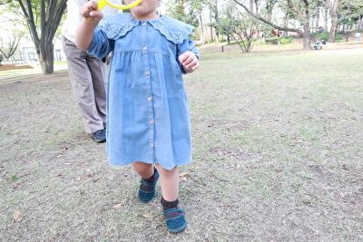 ZARABABYの3-4歳用の水色のワンピースを着ている娘