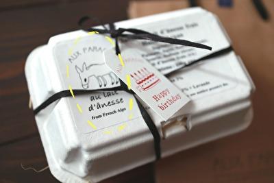 オゥパラディの卵パック型になっているギフトボックスのアップの写真