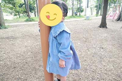ZARABABYの3-4歳用の水色のワンピースを着ている娘の横から撮った写真