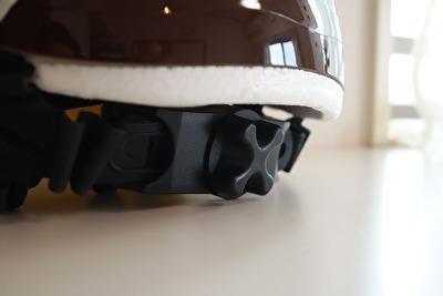 nicco×こどもビームスの茶色いヘルメットの後ろ側の調整ベルトの写真