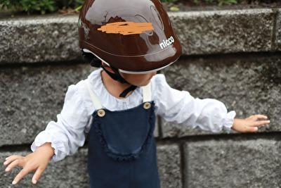 nicco×こどもビームスの茶色い子供用ヘルメットをかぶっている娘の上半身アップの写真