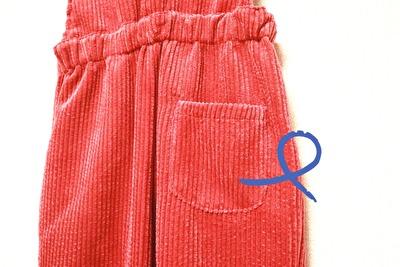 ZARABABYの3-4歳用の赤のコーデュロイのサロペットのおしりのポケット部分の写真