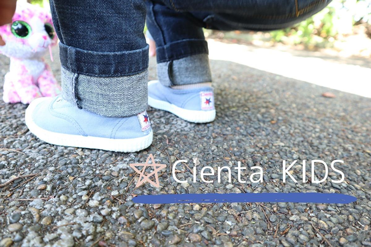 シエンタキッズの水色のデッキシューズを履いている娘の足元の写真