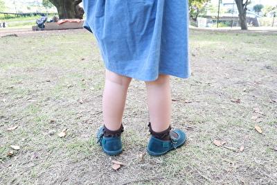ZARABABYの3-4歳用の水色のワンピースを着ている娘の後ろから撮った写真
