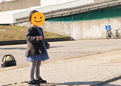 ZARABABYの水色のワンピースとグレーのニットカーディガンを着ている娘の写真