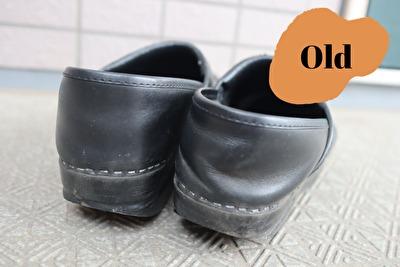 ダンスコの黒のプロフェッショナルの古い靴をかかとから撮った写真