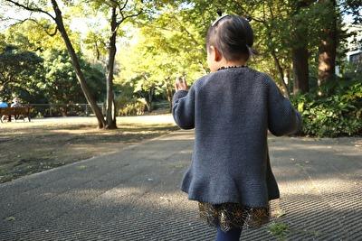 ZARABABYの3-4歳サイズのグレーのニットカーディガンを着ている娘の背面の写真