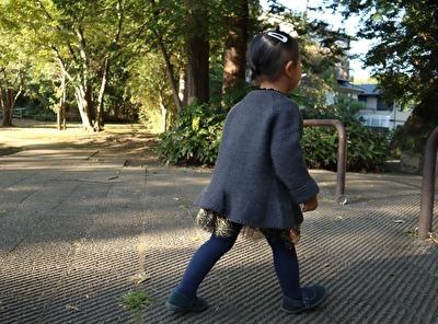 ZARABABYの3-4歳サイズのグレーのニットカーディガンを着ている娘の横からの写真