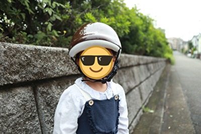 nicco×こどもビームスの茶色い子供用ヘルメットを被っている娘の正面姿
