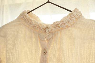 ZARABABYの3‐4歳用の白い襟付きブラウスの襟元のアップの写真