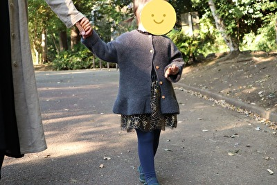 ZARABABYの3-4歳サイズのグレーのニットカーディガンを着ている娘の正面の写真