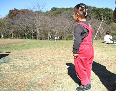 ZARABABYの3‐4歳サイズの赤いサロペットを着ている娘の横からの写真